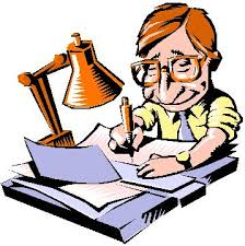 Мужчина  пишет за столом