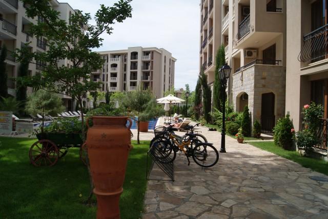 Болгария - тихая улочка и велосипеды